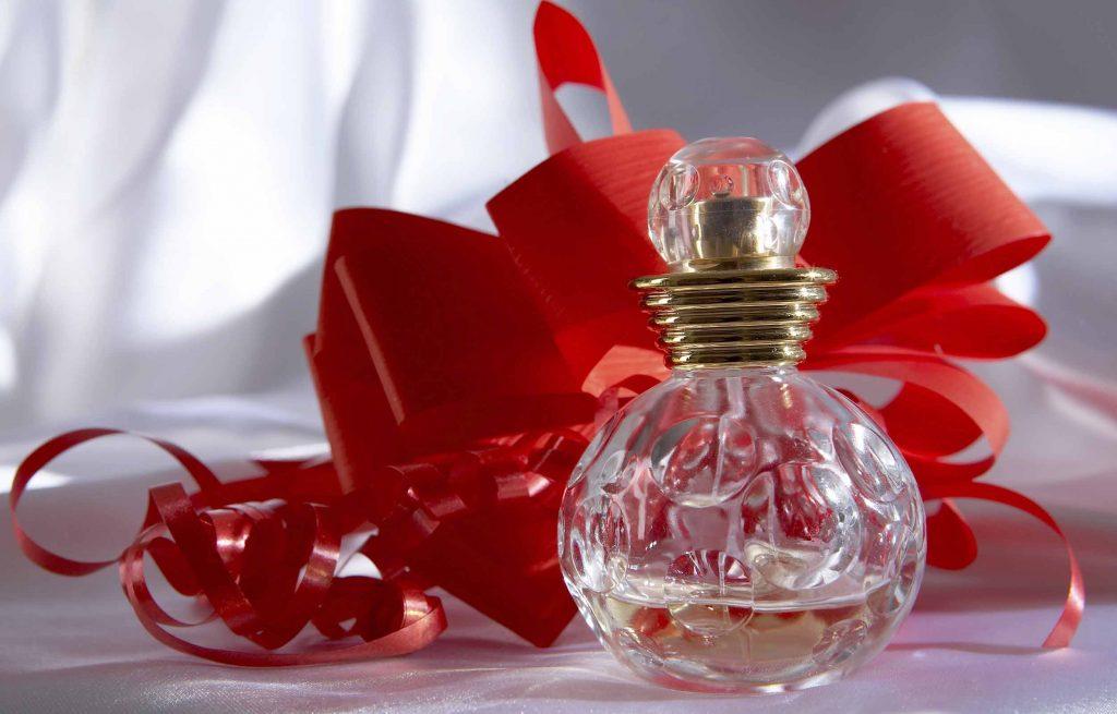 Как красиво преподнести духи в подарок