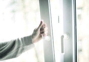 Окно - самый простой способ убрать запах из комнаты