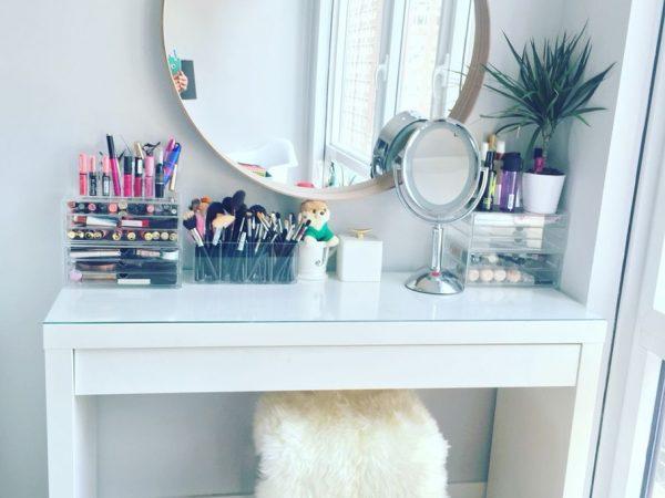 Красивый столик для макияжа